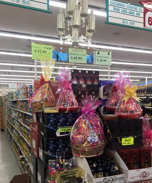 Tết ở đây có bán đầy đủ các loại bánh mứt, giỏ quà